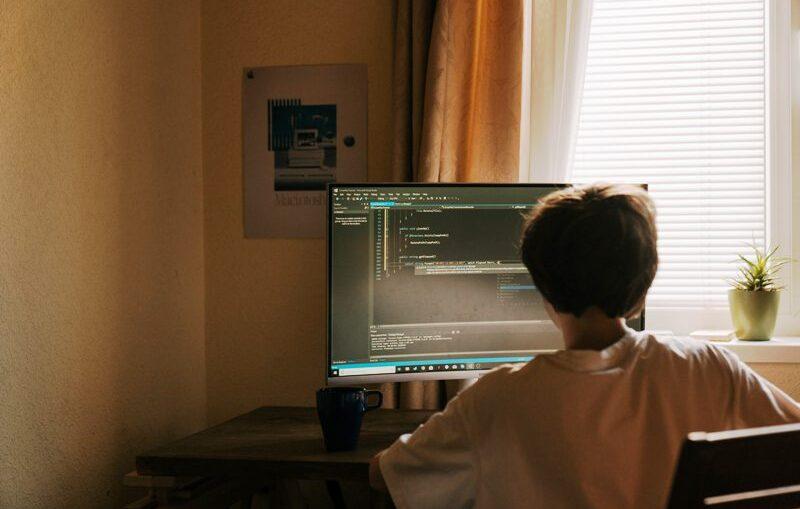 Batasi Waktu Berselancar Internet Pada Anak